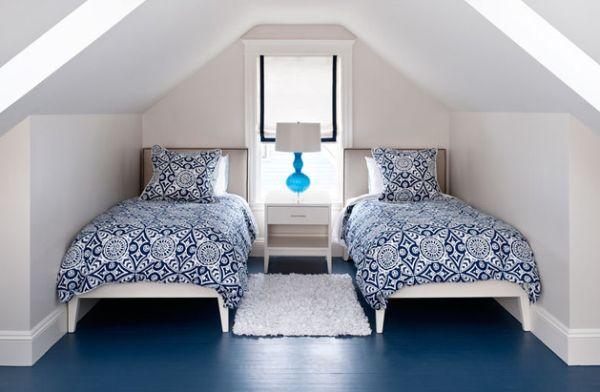 kleine schlafzimmer florale muster in kobaltblau weißer läufer