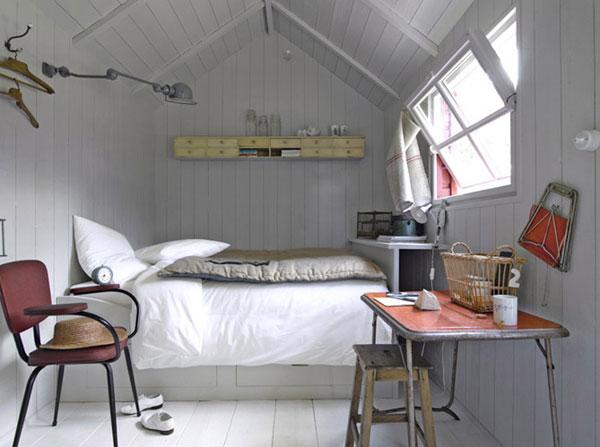 kleine schlafzimmer hohes bett ausgefallene wandleuchte