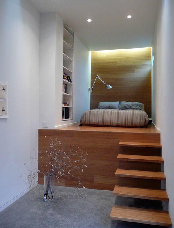 kleine schlafzimmer in zwei ebenen glänzende holzoberflächen