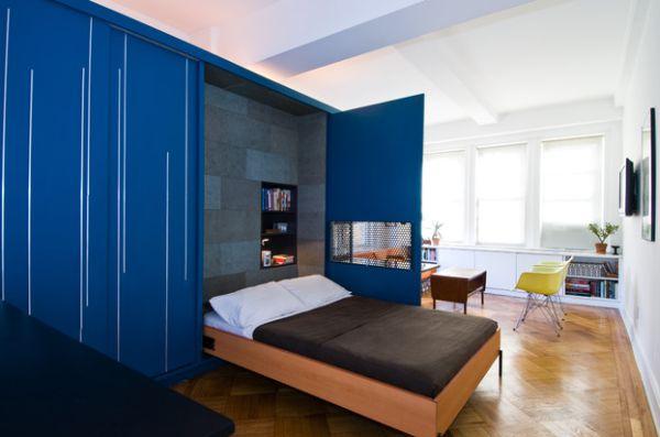kleine schlafzimmer klappbett und garderobe in kobaltblau