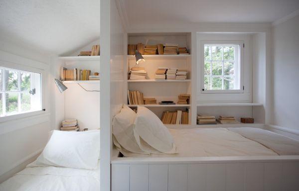 kleine schlafzimmer kreativ gestalten effizient in weiß mit vielen bücherregalen