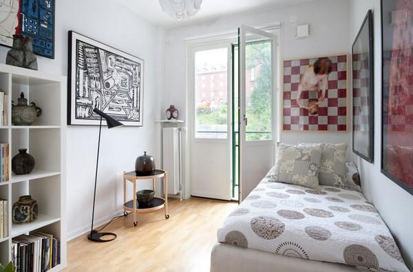 kleine schlafzimmer kreativ gestalten wandkunst in schwarz weiß und feine stehlampe