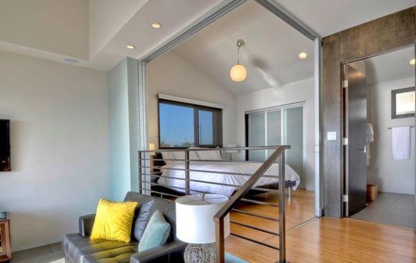 kleine schlafzimmer leder sofa mit bunten kissen metallgeländer