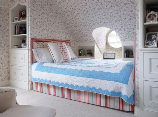 kleine schlafzimmer tapeten mit filigranen mustern und eingebautes regal