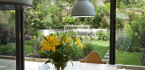 kleine urbane Garten holz bodenbelag blumen gelb essbereich