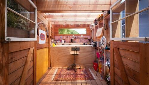 kompakte Baracke mit Lagerraum holz platten sitzplatz büro