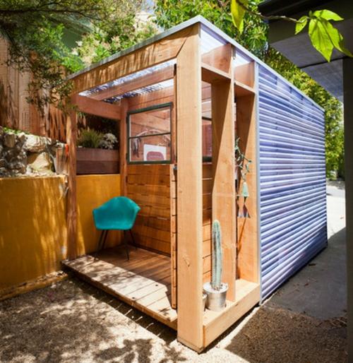 kompakte Baracke mit Lagerraum holz platten stuhl hinterhof