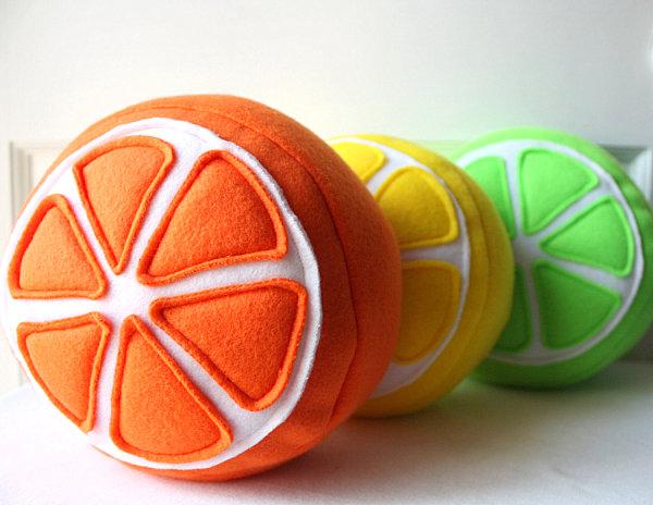 leckere deko ideen kuschelweiche filzkissen orange zitrone und lime