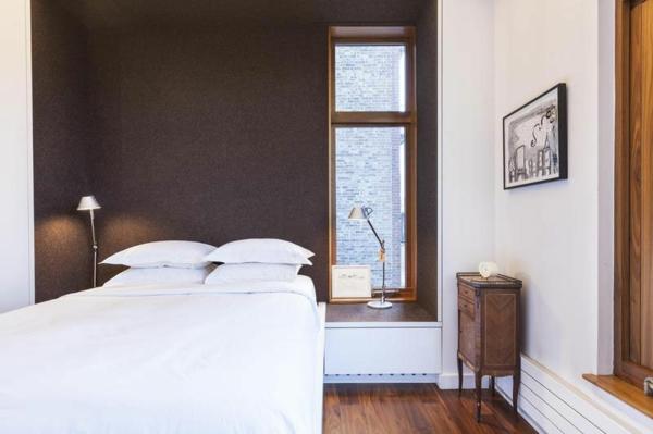 moderne Wohnung in SoHo schlafzimmer schwarz wand nachttisch klassisch