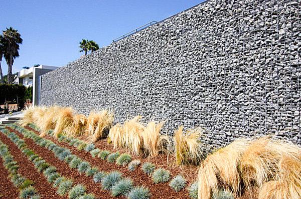 modernes landschaftsbau design hohe drahtschotterkästen