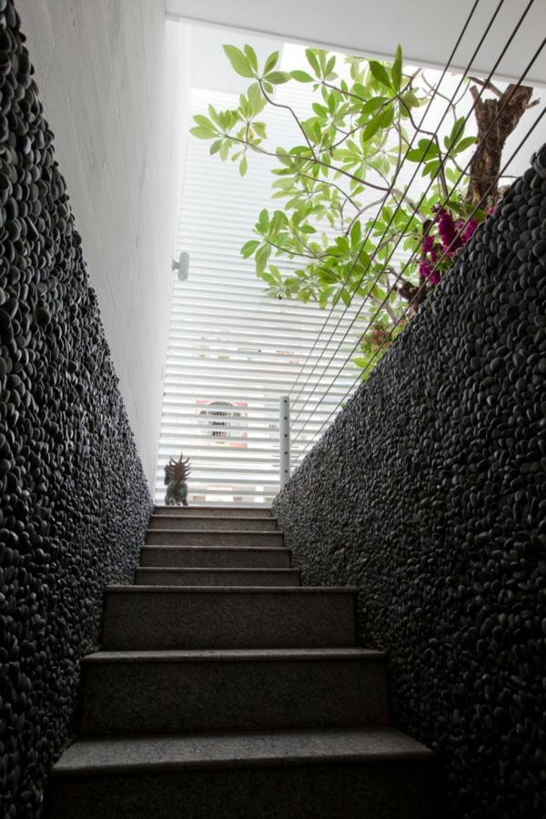 nachhaltiges haus design runde natursteine im treppenhaus