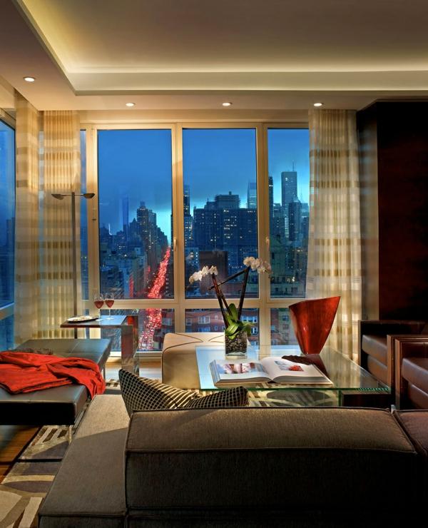 raffinierte penthouse wohnung deckenhohe fenster gläserner beistelltisch
