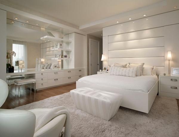 raffinierte penthouse wohnung samtglänzender hocker breites doppelbett