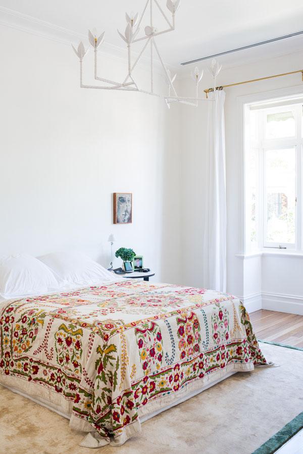 renoviertes viktorianisches traumhaus weißer kronleuchter mit stilisierten blüten