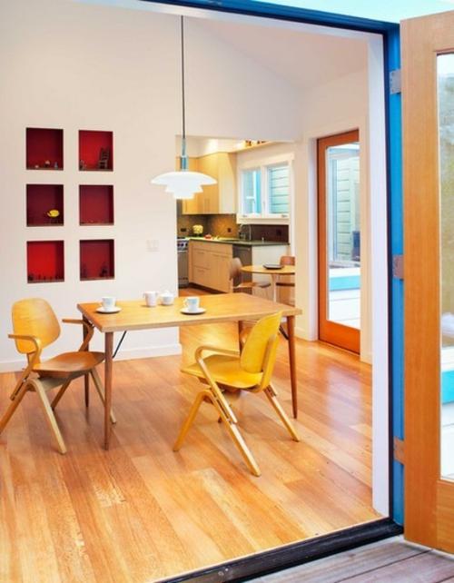 rote Farbe in der Küche nuancen gelb stühle holztisch regale