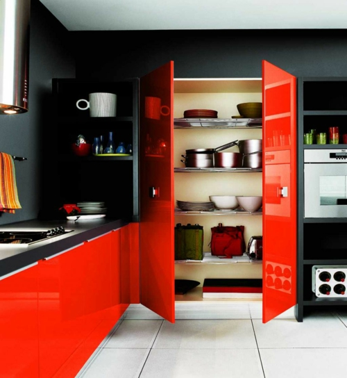 rote Farbe in der Küche nuancen regalschrank glanzvoll schwarz wand