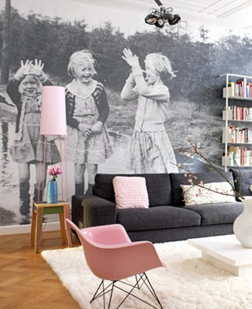 Ausstellung mit Familienfotos ganze wand fototapete schwarz weiß