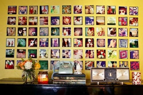 Ausstellung mit Familienfotos ganze wand gelb kommode