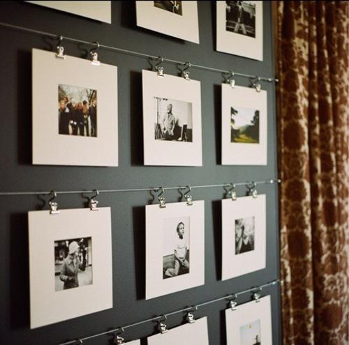 schöne Ausstellung mit Familienfotos schiene schwarz wand
