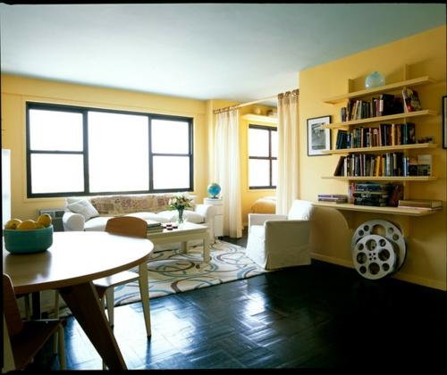 schönes Wohnen im Loft oder Studio gelb wand gemütlich