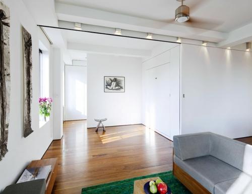 schönes Wohnen im Loft oder Studio leerraum weiß wand