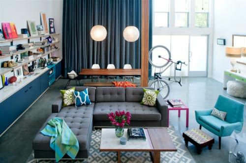 schönes Wohnen im Loft oder Studio sofa wohnzimmer wandregale