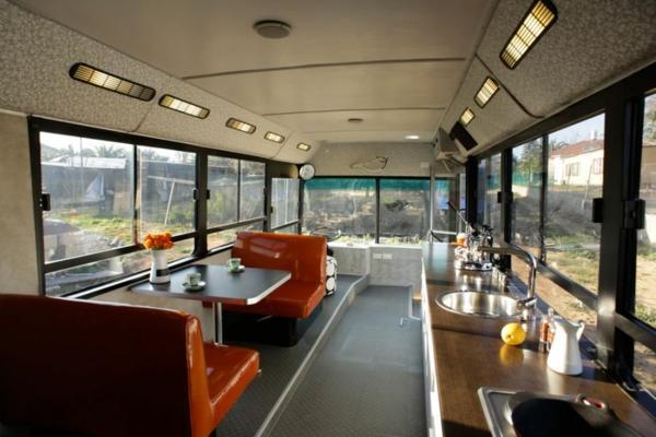 schönes modernes Haus weggeworfen alt bus essecke küche