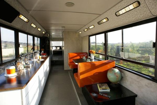 schönes modernes Haus weggeworfen alt bus orange sofas auffallend