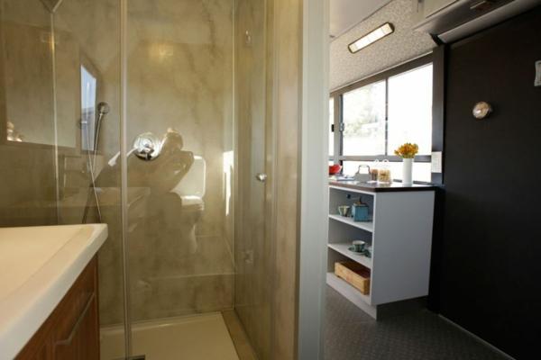 schönes modernes Haus weggeworfen alt bus toilette wc regale