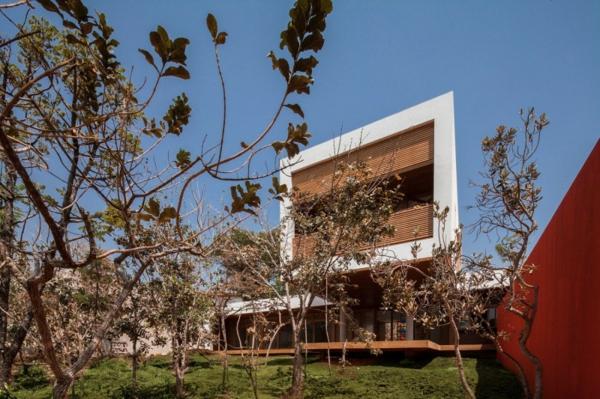 schicke residenz in brasilien viele bäumen im garten