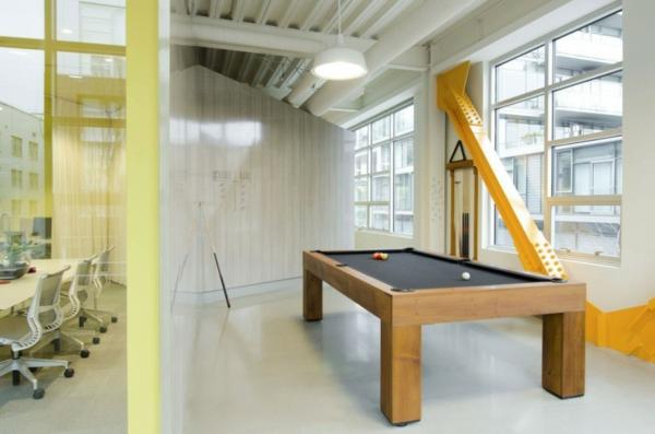 schickes office design eleganter billardtisch mit schwarzer oberfläche