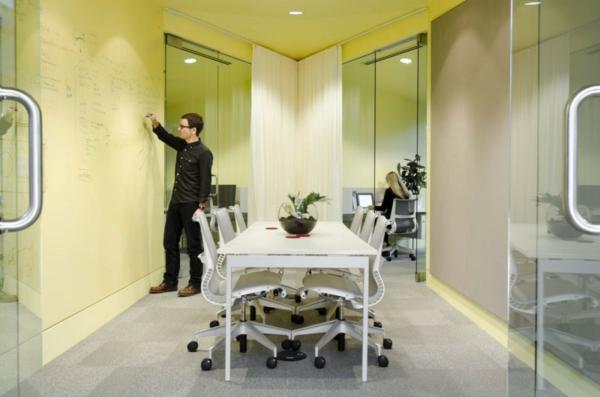 schickes office design gemütlicher besprechungsraum