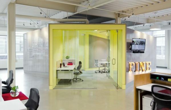 schickes office design schienenbeleuchtung metallsäulen