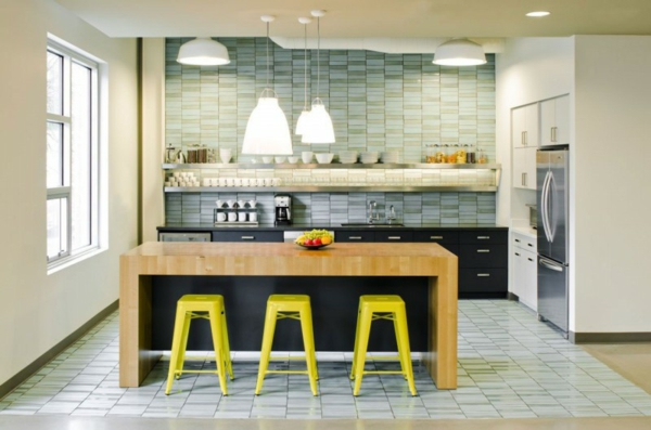 schickes office design seladongrüne wandfliesen zitronengelbe barstühle