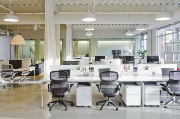 schickes office design weiße schreibtische ergonomische chefsessel