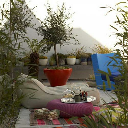 sitzecke außenbereich stadt garten pflanze  sitzkissen lila rund