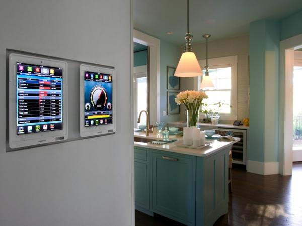 smart phone technologien im haus - türkise Töne und warmes Licht