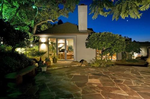 steinplatten im garten geräumige sommer terrasse