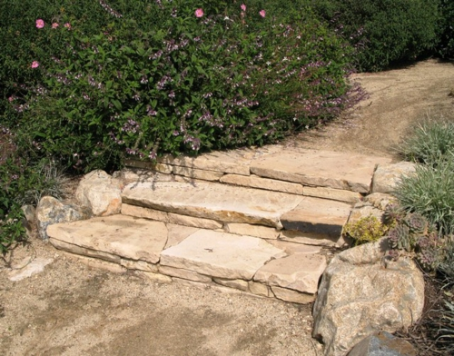 steinplatten im garten treppe heilkräuter