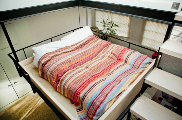 stilvolles londoner appartement bunt gestreifte tagesdecke