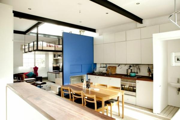 stilvolles londoner appartement kobaltblaue zwischenwand