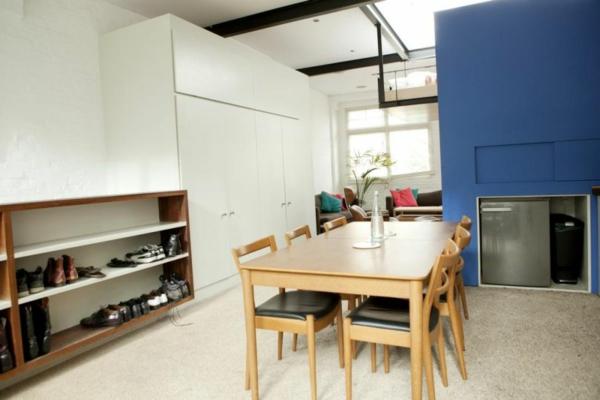 stilvolles londoner appartement schuhregal und weißer kleiderschrank
