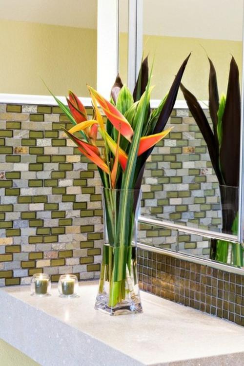 tropisches Ambiente zu Hause glas vase blumen wandspiegel