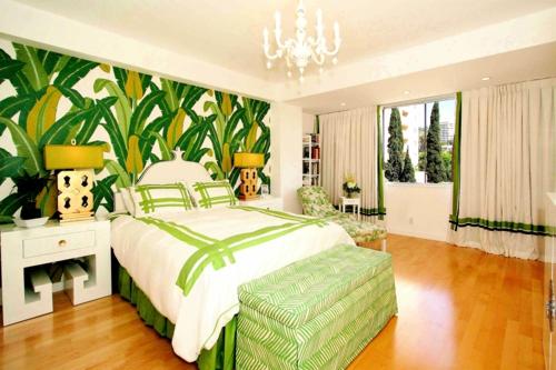 tropisches ambiente zu hause grün wandgestaltung blumenmuster schlafzimmer