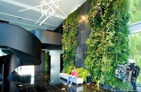 unglaubliche vertikale gärten üppige vegetation an der wand in der lobby