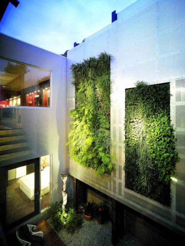 unglaubliche vertikale gärten beleuchtet am abend
