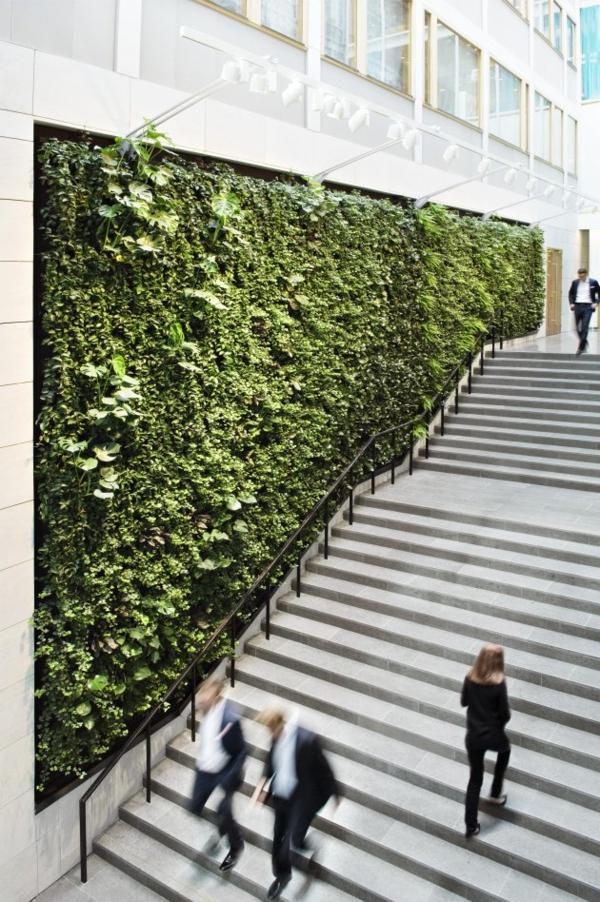 unglaubliche vertikale gärten gigantisch und frisch an der treppe