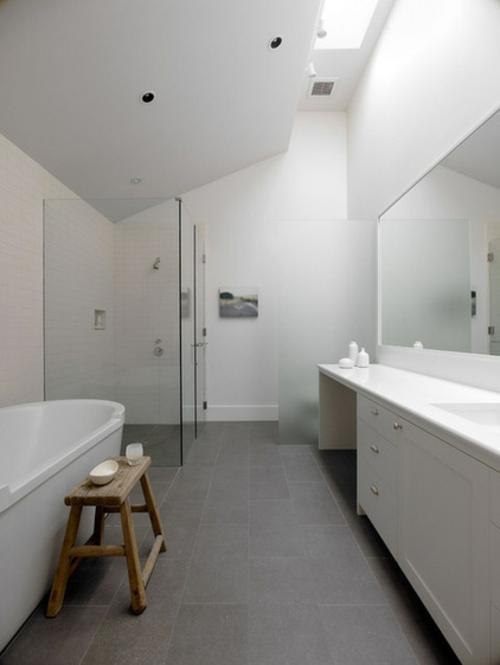 weiße Farbe im Badezimmer badewanne duschkabine glaswände