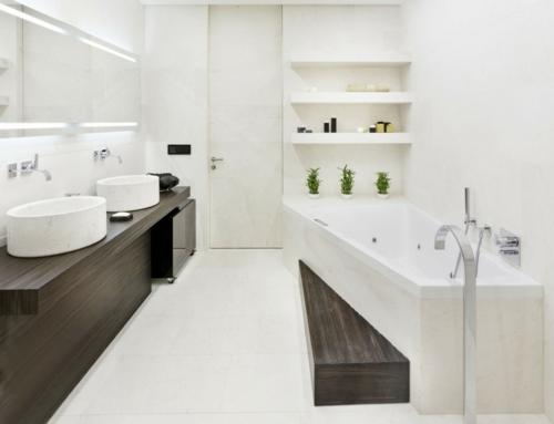weiße Farbe im Badezimmer badewanne holz dunkel oberflächen