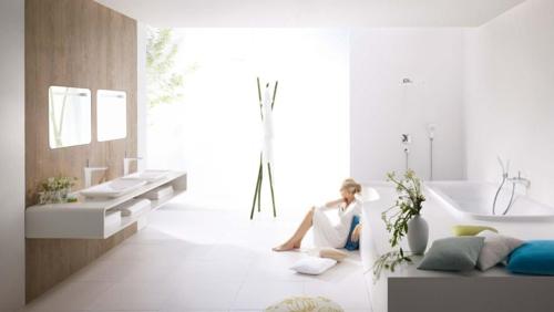 weiße Farbe im Badezimmer badewanne holz wand